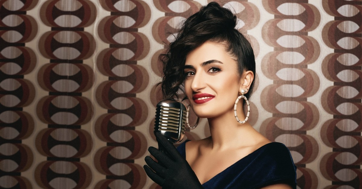 Having made an album where she blends jazz and Turkish classical music succesfully, Yaprak Sayar has been the center of attention lately.