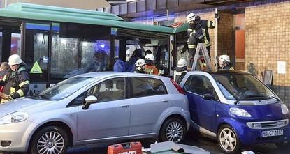 pBei einem Schulbusunfall in Eberbach in Baden-Württemberg sind mindestens 20 Menschen verletzt worden. Unter ihnen sind nach Angaben der Polizei auch Kinder./p  pDer Bus sei am Morgen in eine...