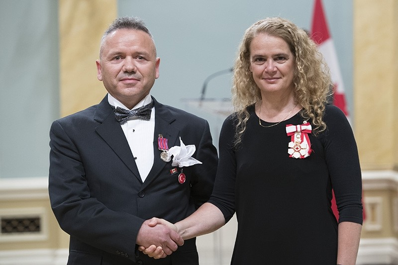 Ru0131za Kau015fu0131ku00e7u0131ou011flu (L) receives Medal of Bravery from Governor General of Canada Julie Payette. (AA Photo)
