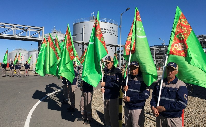 Employees hold Turkmenian flags during the opening ceremony of a new chemicals plant built by Japan's TOYO Engineering and South Korea's LG International and Hyundai Engineering, in Kiyanly, Turkmenistan October 17, 2018. (Reuters Photo)