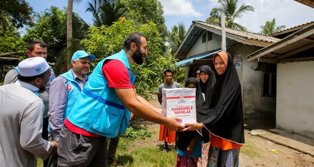 Volunteers from Turkey's Diyanet Foundation deliver Qurban Bayram aid to families in Thailand's Pattani, Aug. 9, 2018.
