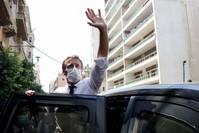ماكرون بلوح للمواطنين اللبنانيين خلال زيارته لبيروت بعد انفجار الميناء الفرنسية