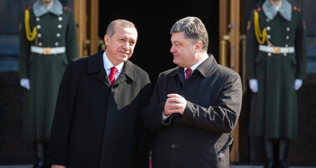 Ukraine's President Petro Poroshenko, right, and President Recep Tayyip Erdoğan speak during a welcome ceremony ahead of their meeting in Kiev, Ukraine, Friday, March 20, 2015. (AP Photo)