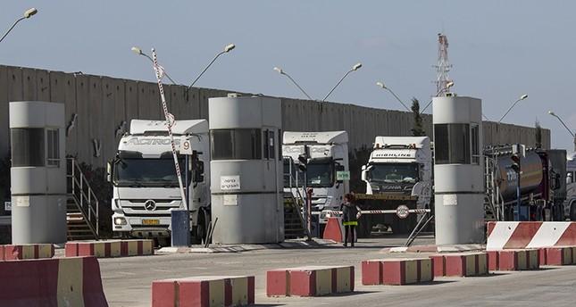 Israeli trucks carrying diesel fuel enteri Kerem Shalom cargo crossing on the Israel Gaza border, Thursday, Oct. 11, 2018. (AP Photo)