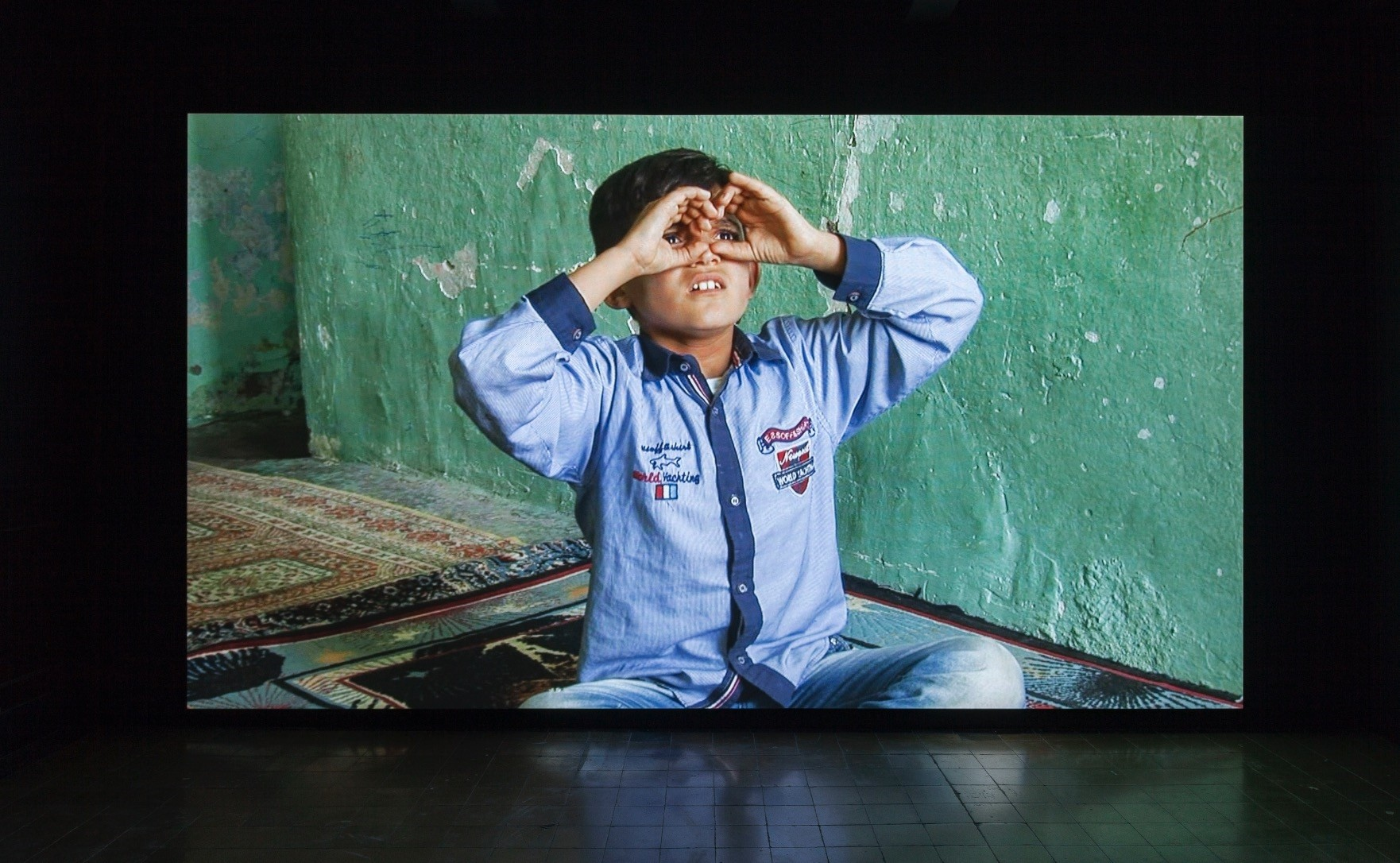 Erkan u00d6zgenu2019s u201cWonderlandu201d (2016) video project focuses on the nearly six-year war in Syria. It does not show any images of the war, but the stories are told through a 13-year-old deaf boy who had to flee.