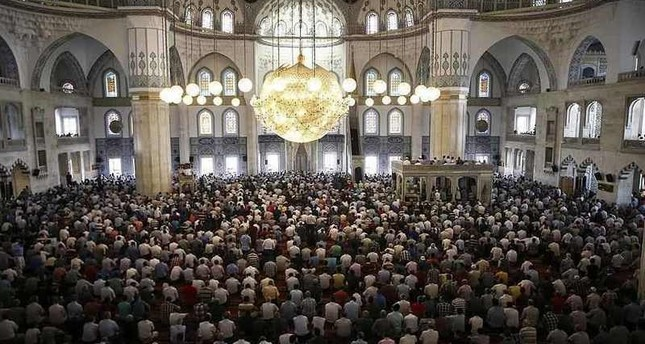 الآلاف من أبناء الجالية العربية في اسطنبول يؤدون صلاة العيد في مسجد السلطان أحمد