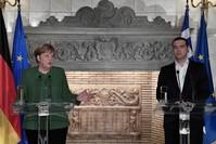 المستشارة الألمانية أنجيلا ميركل في مؤتمر صحفي مع رئيس الوزراء اليوناني أليكسيس تسيبراس، في العاصمة اليونانية أثينا 10 يناير 2019 (وكالة الأنباء الفرنسية)