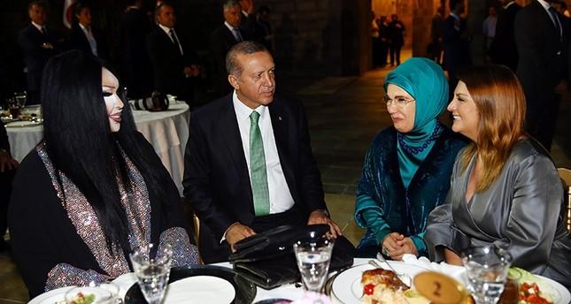 (Von L - R) Bülent Ersoy, Recep Tayyip Erdoğan, Emine Erdoğan und Sibel Can (AA Foto)