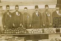 صورة من أرشيف رئاسة الأركان التركية تظهر جزء من الأسلحة والمتفجرات التي صادرها الجيش العثماني بعد إغلاق اللجان الثورية الأرمينية عام 1915