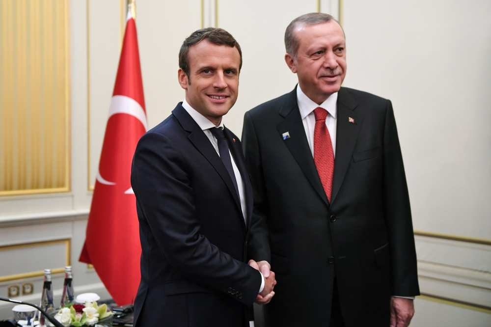 Macron (L) and Erdou011fan shake hands ahead of a meeting on the sidelines of the NATO summit in Brussels, Belgium, May 25, 2017. (AFP Photo)