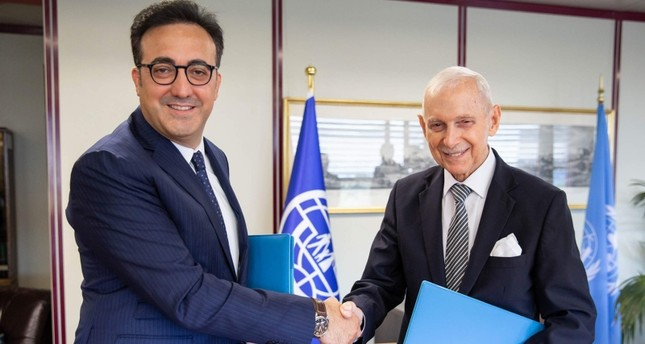 Turkish Airlines Chairman M. Ilker Aycı (L) meets with IOM Director-General William Swing (R) in Geneva, 10 Sept. 2018. (AA Photo)