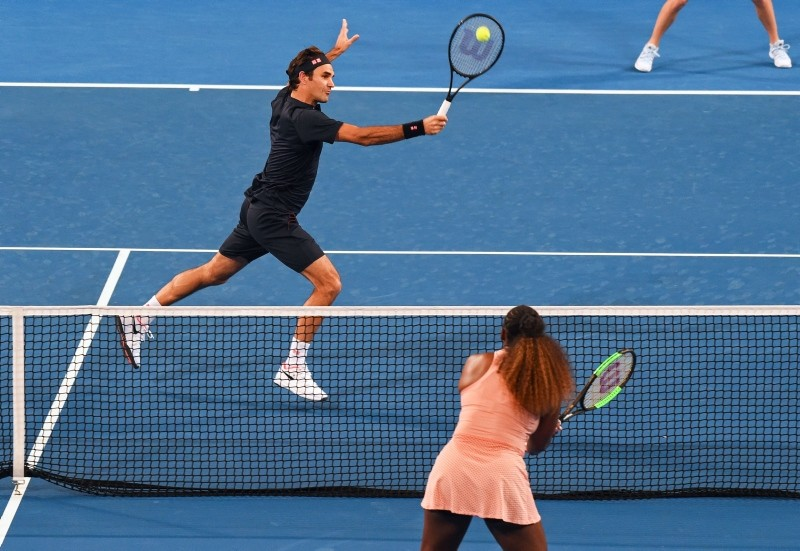 Roger Federer of Switzerland returns the ball to Serena Williams of the United states during their mixed doubles match at the Hopman Cup in Perth, Australia, Tuesday, 1,  Jan. 2019. (AP Photo)