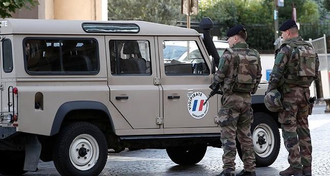 جنود فرنسيون يحرسون الموقع (رويترز)