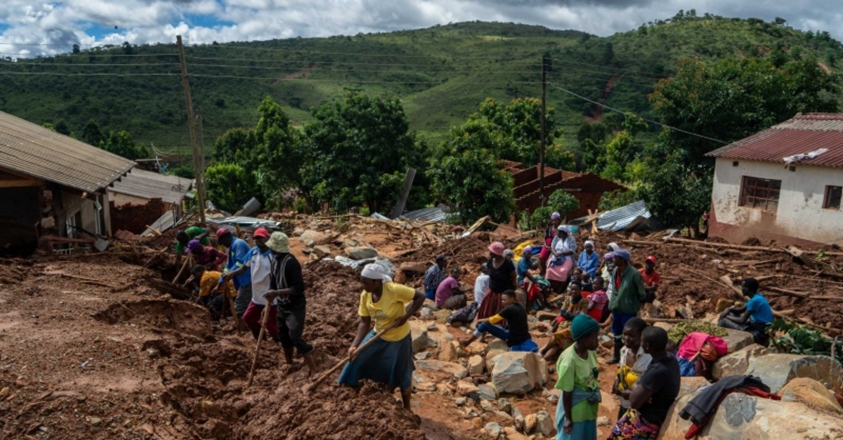Residents search for bodies under the mud in Chimanimani about 600 kilometers south east of Harare, Zimbabwe, Tuesday, March, 19, 2019. (AFP Photo)