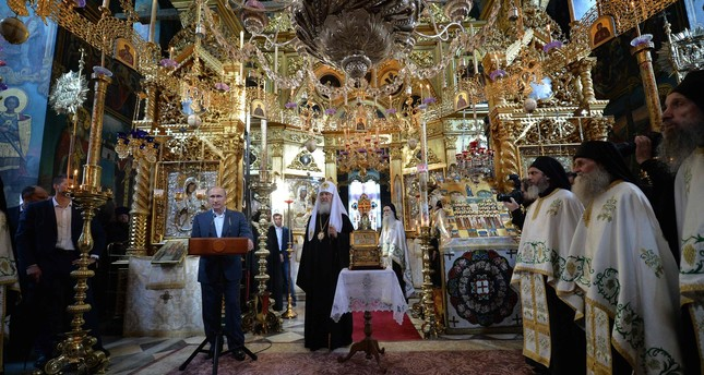 Russian President Vladimir Putin (L) and Patriarch Kirill of Moscow and All Russia (C) visit the Saint Panteleimon Monastery on Mount Athos, in Karyes on May 28, 2016. (AFP Photo)