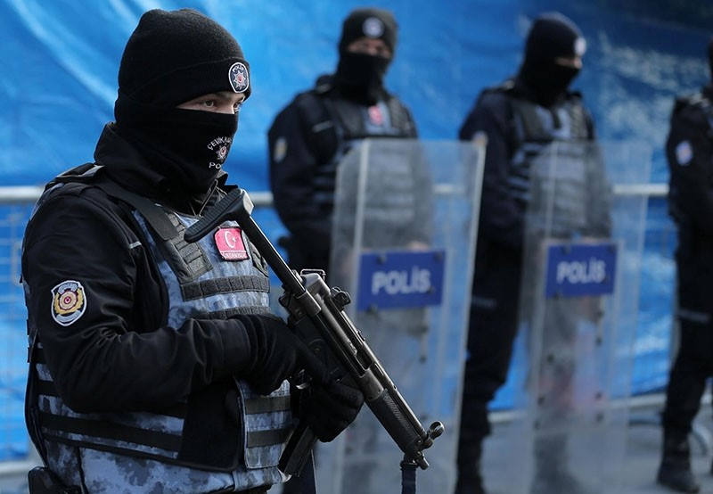 Turkish police stand guard outside the Reina nightclub early New Year's Day (Reuters File Photo)
