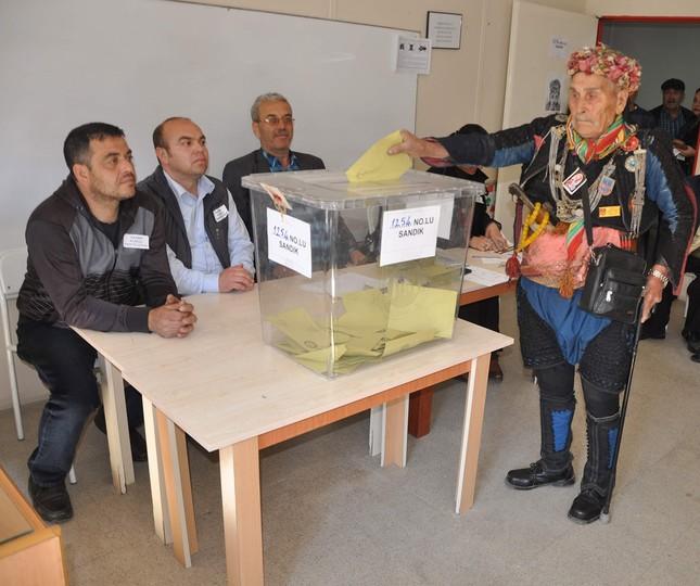 Manche Wähler gingen mit ihren Trachten zu den Wahlurnen (IHA Foto)