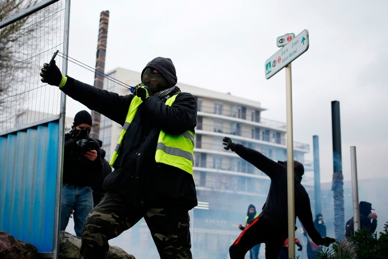 Yellow Vest (Gilets jaunes) protesters clash with police during an anti-government demonstration called by the Yellow Vest movement on January 12, 2019 in Caen, northwestern France. (AFP Photo)