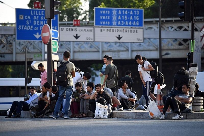Migrants and refugees gather in the streets during the evacuation of a makeshift camp at Porte de la Chapelle, northern Paris, on July 7, 2017, one of several camps sprouting up around the French capital. (AFP Photo)