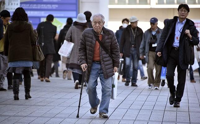 An elderly man walks with a stick in Yokohama, near Tokyo, Japan, Feb. 26, 2016. (EPA Photo)