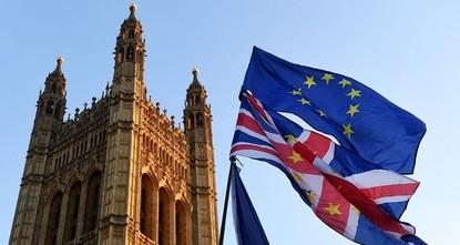 pZitterparty für die Regierung in London: Nach der Verabschiedung im britischen Unterhaus muss das umstrittene EU-Austrittsgesetz noch weitere hohe Hürden im Parlament überwinden./p  pDenn das...