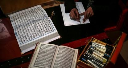 pSadiye al-Ukkad, eine junge Frau aus Gaza, verbrachte drei Jahre damit den Koran mit der Hafiz-Osman-Kalligraphie-Technik sorgfältig zu schreiben. Hafiz Osman war der berühmteste osmanische...