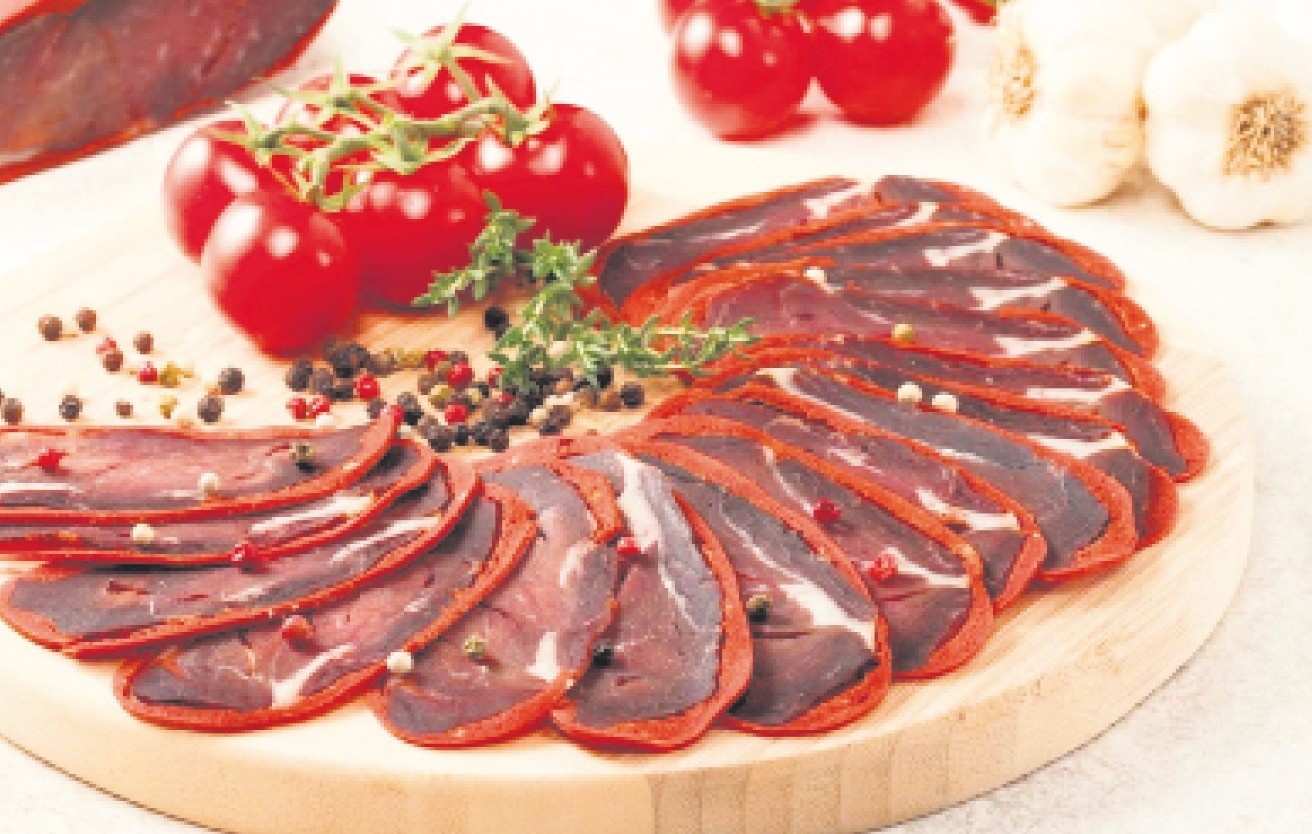 Pastirma is served in slices as a cold hors du2019oeuvre or cooked with eggs, tomatoes and so on.