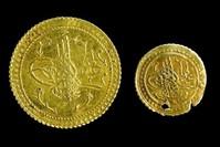 عملتان ذهبيتان أصليتان أرسلتا من الدولة العثمانية إلى مكة. ومحفوظتان اليوم بمتحف طوف قابي سراي في إسطنبول