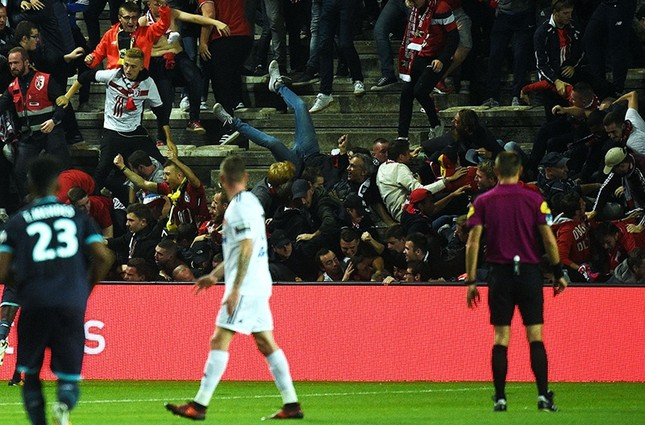LOSC's supporters react as their tribune falls down following the goal by LOSC's Cameroonian midfielder Ibrahim Amadou. (AFP Photo)