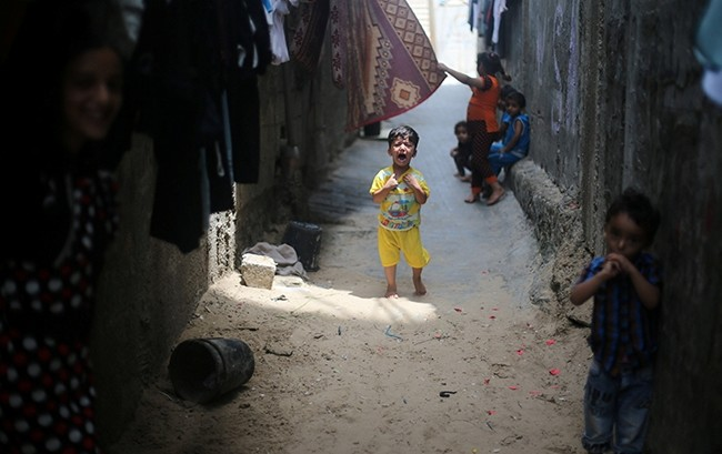 A Palestinian boy cries outside his family's house in Khan Younis refugee camp in the southern Gaza Strip July 11, 2017. (Reuters Photo)