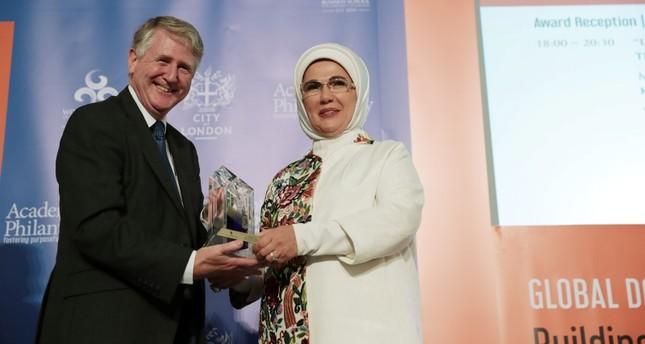 أمينة أردوغان تتسلم جائزة التقدير للخدمات الإنسانية بلندن