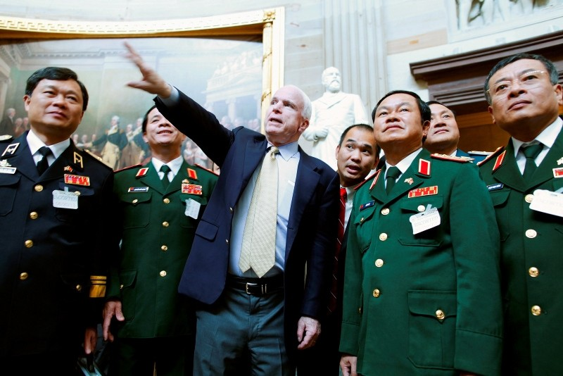 U.S. Senator John McCain (R-AZ) (C) gives a tour of the Rotunda to Vietnam's Vice Minister of Defense Lieutenant General Do Ba Ty (2nd R) and his entourage at the U.S. Capitol in Washington, June 20, 2013. (Reuters Photo)