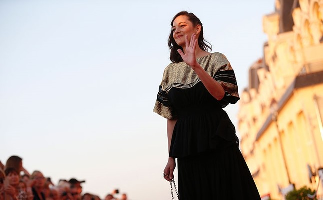 French actress Marion Cotillard poses on the red carpet on June 17, 2017 during the Cabourg Romantic Film Festival in Cabourg, northwestern France. (AFP Photo)