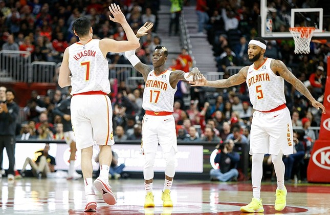 Atlanta Hawks forward Ersan Ilyasova (7) and guard Dennis Schroder (17) and guard Malcolm Delaney (5) show emotion against the Washington Wizards in the fourth quarter at Philips Arena, GA, US, Dec 27, 2017. (Reuters / Brett Davis-USA TODAY Sports)