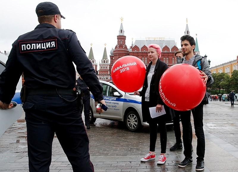 Supporters of Russian opposition leader Alexei Navalny speak with police officers during an unauthorised action in central  Moscow on July 8, 2017. (AFP Photo)