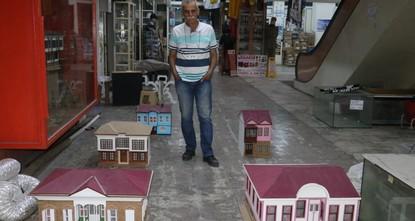 تركي يبدع في صناعة التحف من الخشب بعد عجزه عن اللحاق بركب التعليم
