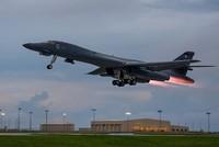 Mit einem nächtlichen Flugmanöver über der koreanischen Halbinsel haben die USA mit ihren Verbündeten Südkorea und Japan eine neue Warnung an Nordkorea ausgesandt. Zwei B-1B-Überschallbomber der...