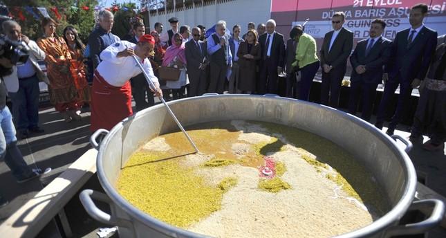 طبق عاشوراء بزنة 3 آلاف كيلوغرام يزين احتفال غازي عنتاب التركية بيوم السلام