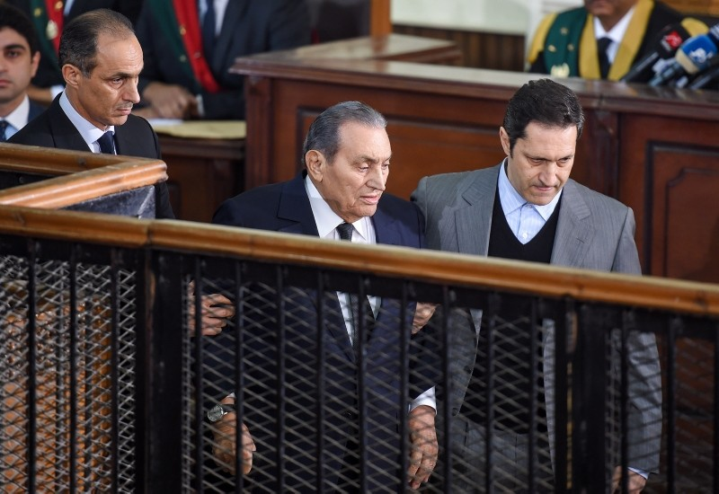 Former President Hosni Mubarak (C) is escorted by his two sons Alaa (R) and Gamal as he testifies during a session in the retrial of members of the now-banned Muslim Brotherhood at a make-shift courthouse in Cairo on Dec. 26, 2018. (AFP Photo)