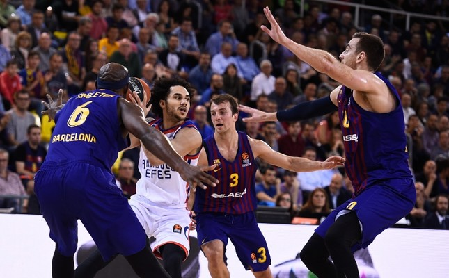 Anadolu Efes point guard Shane Larkin vies for the ball in Turkish Airlines Euroleague game against Barcelona Lassa at Palau Blaugrana, Barcelona, Spain, April 27, 2019. AA Photo