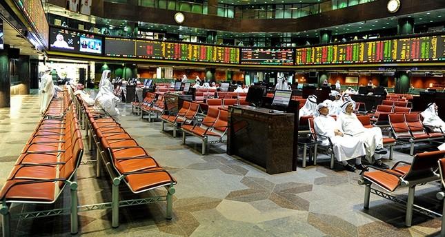 Kuwaiti traders sit and observe the stock market at the Kuwait Stock Exchange trading hall in Kuwait City, Kuwait, 08 November 2017. (EPA Photo)