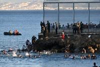 حرس الحدود الاسباني يحاول منع المهاجرين من العبور سباحة AP