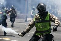 Der blutige Machtkampf im Land mit den größten Ölreserven eskaliert: Bei Massendemonstrationen gegen eine drohende Diktatur sind in Venezuela mindestens drei Menschen getötet worden.  Es gab nach...