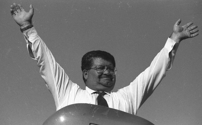 Then Prime Minister Turgut Özal waves at supporters during a rally in the eastern province of Malatya, on July 21, 1986. (AA Archive Photo)