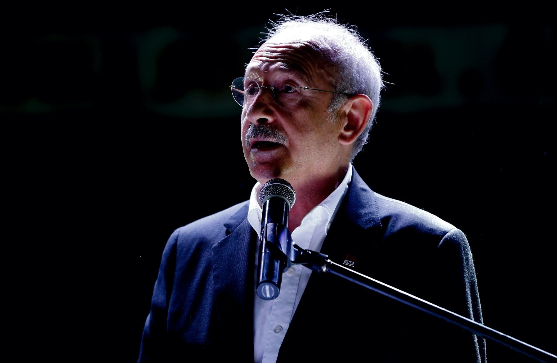 CHP Chairman Kemal Ku0131lu0131u00e7darou011flu delivering a speech in southern Antalya province, July 21.