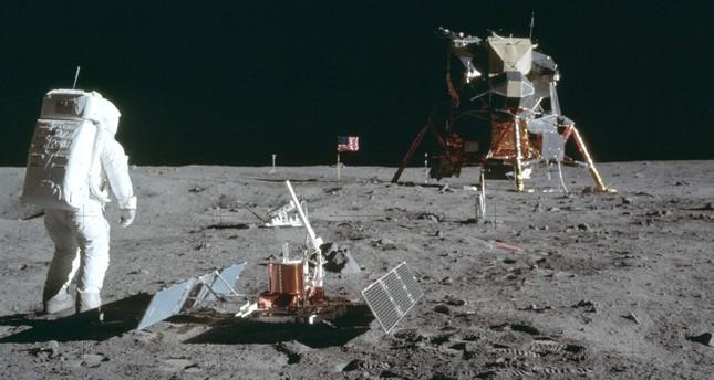 بيع التسجيلات الأصلية لأول هبوط بشري على سطح القمر بحوالي مليوني دولار