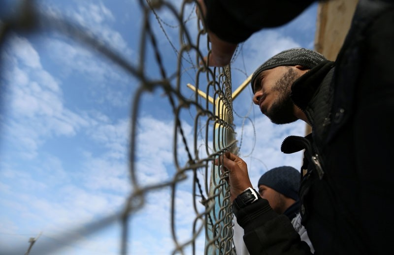 A Palestinian demonstrator stands by a fence during a protest calling on Egypt to open Rafah border crossing, in Rafah in the southern Gaza Strip January 24, 2018. (Reuters Photo)
