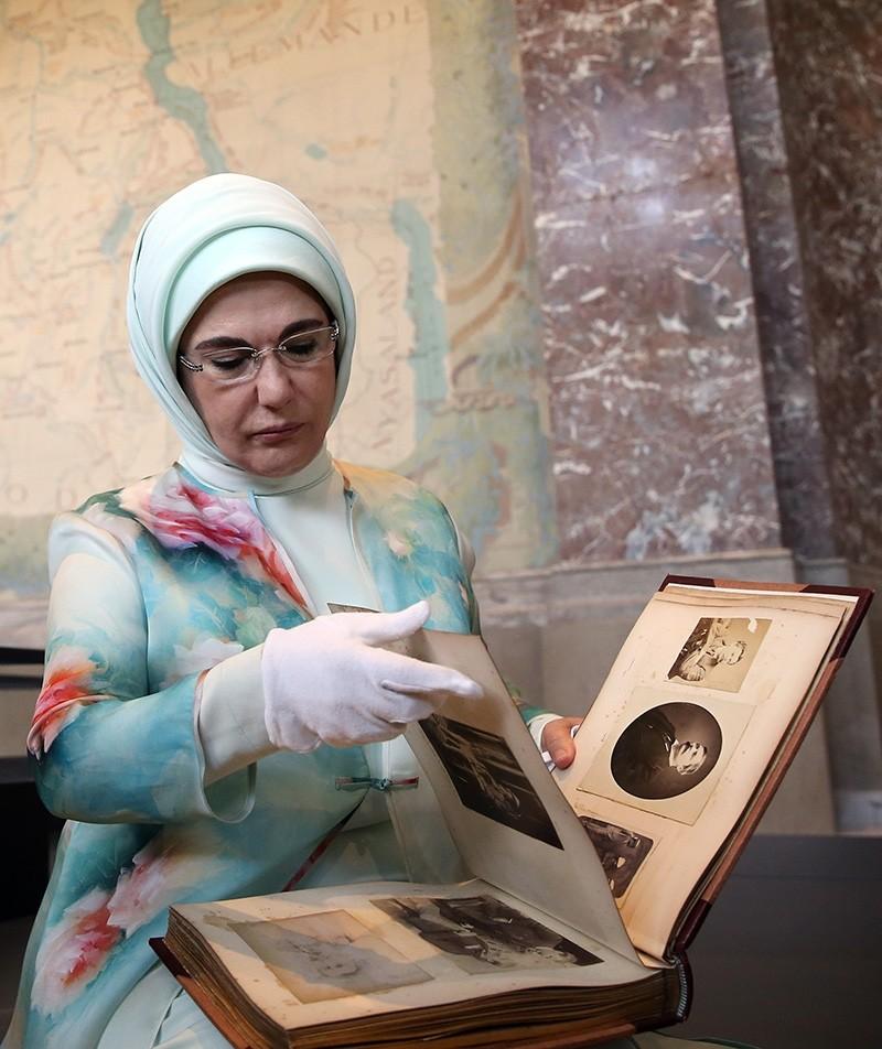 Erdoğan examines an antique photo album at the museum