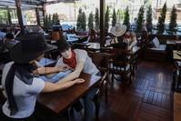 مطعم في أنقرة يضع مجسمات على الموائد للمحافظة على مسافات التباعد الاجتماعي İHA