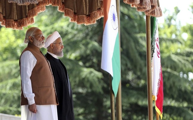 Iranian President Hassan Rouhani (R) welcoming Indian Prime minister Narendra Modi (L) during a welcome ceremony in Tehran, Iran, 23 May 2016. (EPA Photo)